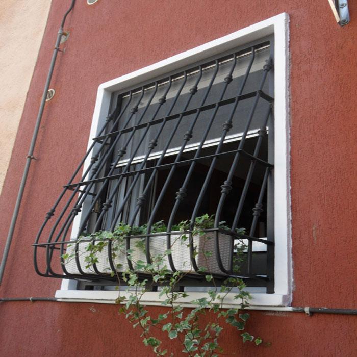 Inferriate per finestre con decoro bombato tecno sicur for Immagini inferriate per finestre