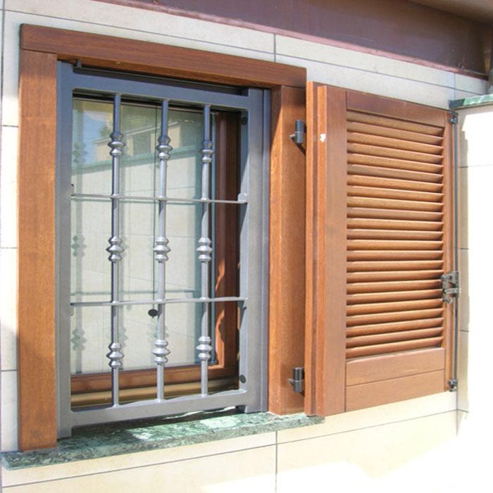 Inferriata su finestre con decoro doppia borchia tonda for Finestra tonda