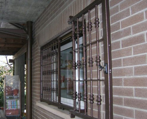 Installazione Inferriata Finestra Decoro Doppia Borchia Tonda