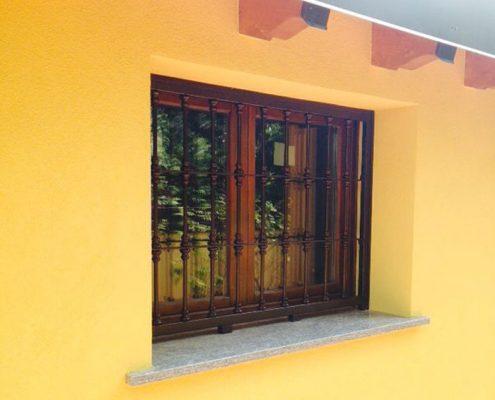 Installazione Inferriata Finestra Decoro Mezza Borchia Tonda