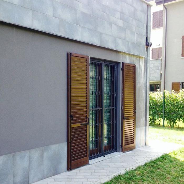 Inferriata su porte finestre con decoro mezza borchia for Finestra tonda