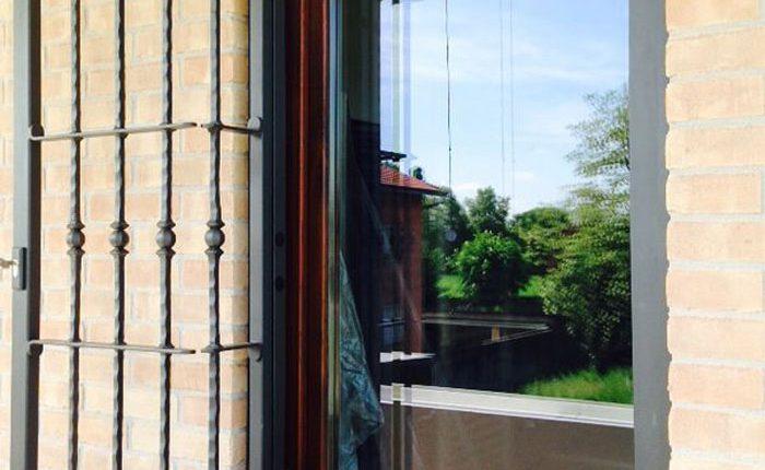 Installazione Inferriata Finestra Forgiata Singolo Decoro