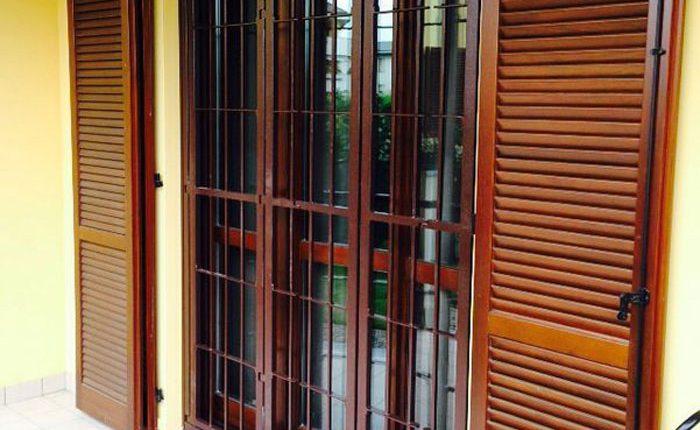 Installazione Inferriata Porta Balcone 02 Decoro Liscio Oriz