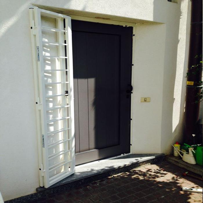 Inferriata su porte finestre con decoro quadro liscio - Inferriata porta ...