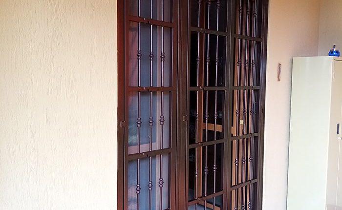 Inferriata su porta finestra con decoro Doppia Borchia tonda centrale marrone 01