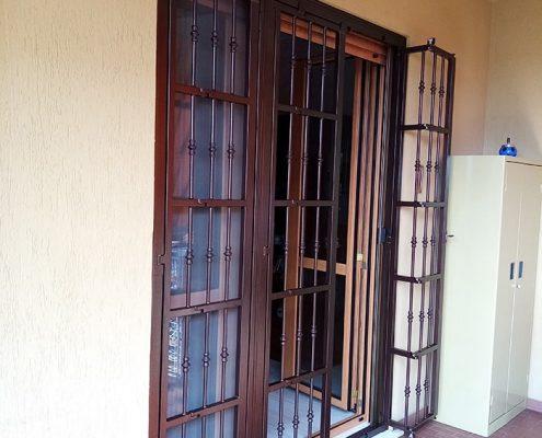Inferriata su porta finestra con decoro Doppia Borchia tonda centrale marrone 02