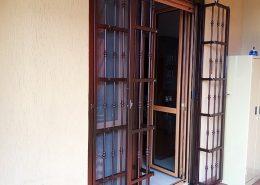 Inferriata su porta finestra con decoro Doppia Borchia tonda centrale marrone 03