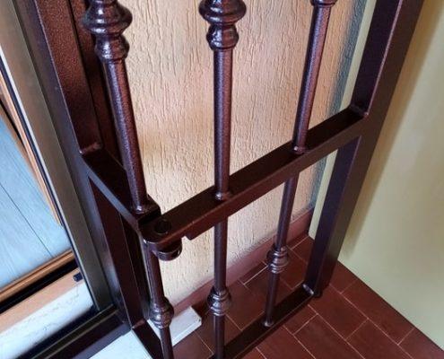 Inferriata su porta finestra con decoro Doppia Borchia tonda centrale marrone 06