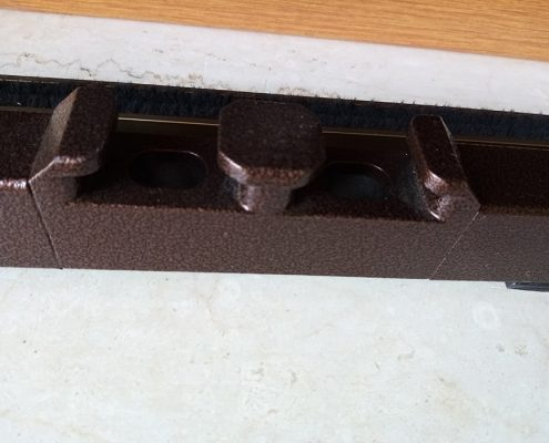 Inferriata su porta finestra con decoro Doppia Borchia tonda centrale marrone 09