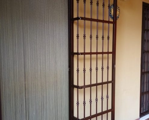 Inferriata su porta finestra con decoro Doppia Borchia tonda centrale marrone 10
