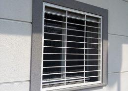 Inferriata su porte finestre con decoro Liscio Orizzontale bianco 01